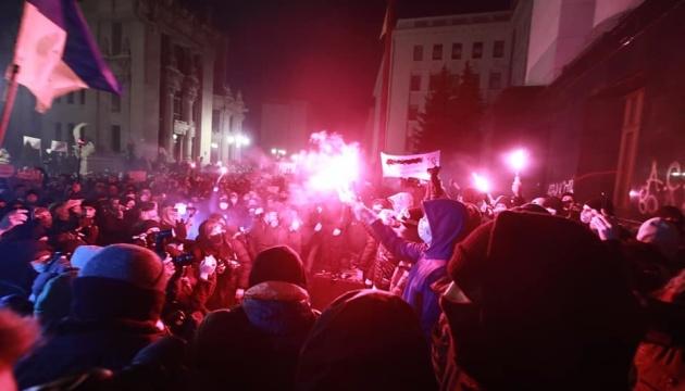 Протестующие разбили двери офиса Президента и бросили внутрь горящий файер