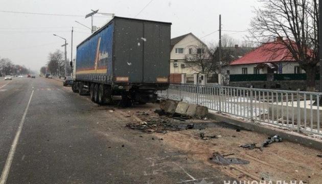 На Житомирщине Volkswagen влетел в грузовик, среди погибших есть подросток