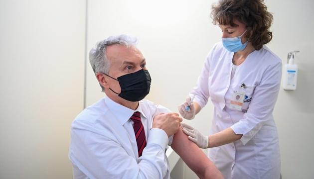 Президент і прем'єр Литви вакцинувалися препаратом AstraZeneca