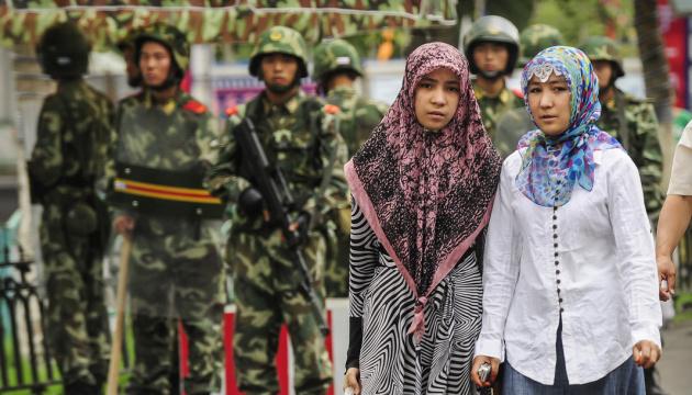 США и Канада ввели санкции против Китая за преследования и пытки уйгуров