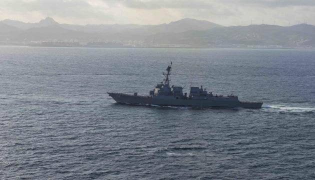 Американский эсминец «Томас Хаднер» выходит из Черного моря