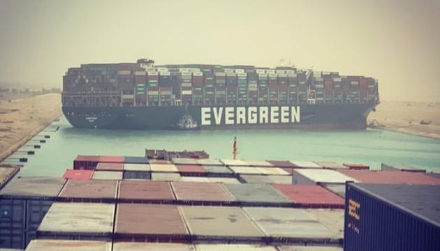 В Суецькому каналі величезне судно сіло на мілину і заблокувало рух