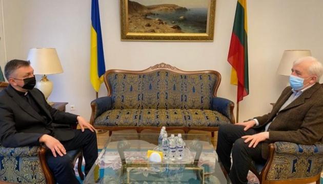 Посол України зустрівся з настоятелем УГКЦ Церкви Пресвятої Трійці у Вільнюсі