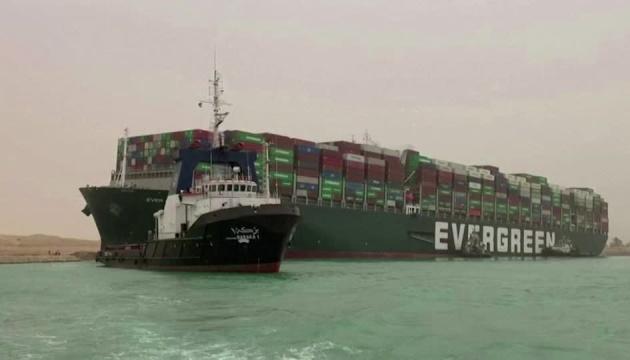 У Суецькому каналі досі не можуть звільнити гігантське судно, яке сіло на мілину і заблокувало рух