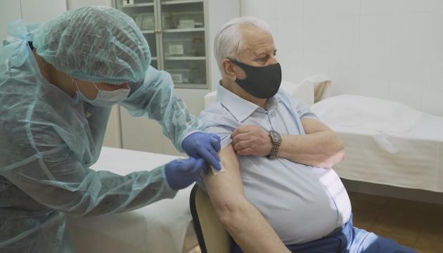 Кравчук вакцинувався від COVID-19