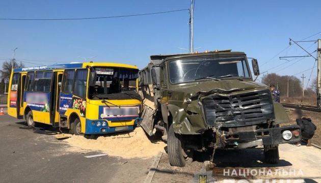 У Луцьку зіткнулися маршрутка і вантажівка, семеро постраждалих