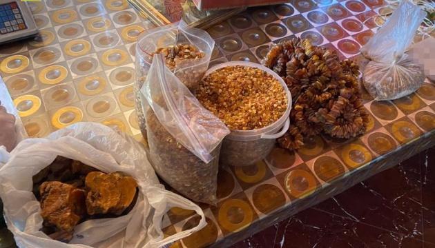 СБУ накрила канал контрабанди: вилучили 1,3 тонни бурштину та 170 кіло «ювелірки»