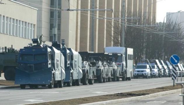Силовики стягивают в Минск спецтехнику, начались задержания