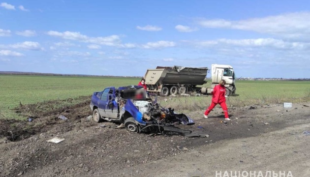 На Миколаївщині вантажівка зіткнулася з легковиком, троє загиблих