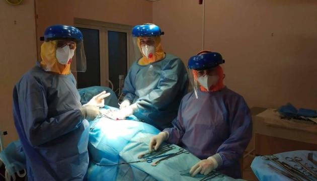 У Сумах літньому пацієнту з коронавірусом провели складну операцію