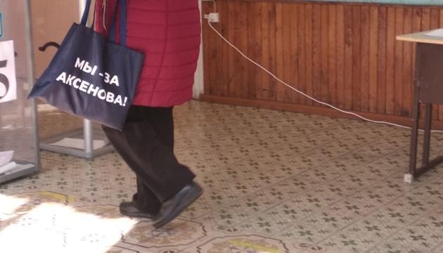 На Донеччині виборці прийшли у масках та з сумками «від кандидата»
