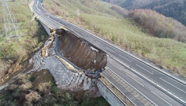 На дороге к Анкаре и Стамбулу произошел 85-метровый обвал