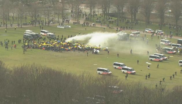 В Амстердаме задержали более 300 участников антикарантинного протеста