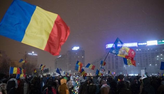 У Румунії «антиковідний» протест запускав петарди перед парламентом