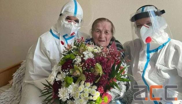 У Чернівцях виписали 100-річну бабусю, яка вилікувалась від коронавірусу