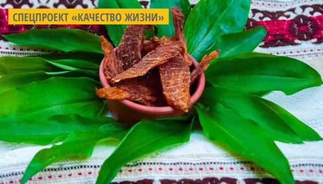 Волонтер из Ужгорода изготавливает мясные и овощные чипсы