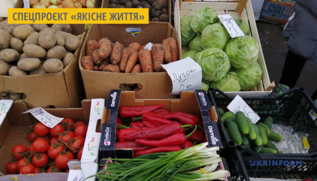 На ринках Херсону масово пропонують місцеві огірки та редис
