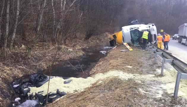 На Львівщині перекинулася вантажівка з бітумною емульсією: хімікати потрапили у струмок