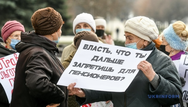 В Запорожье пенсионеры под мэрией требовали вернуть льготный проезд
