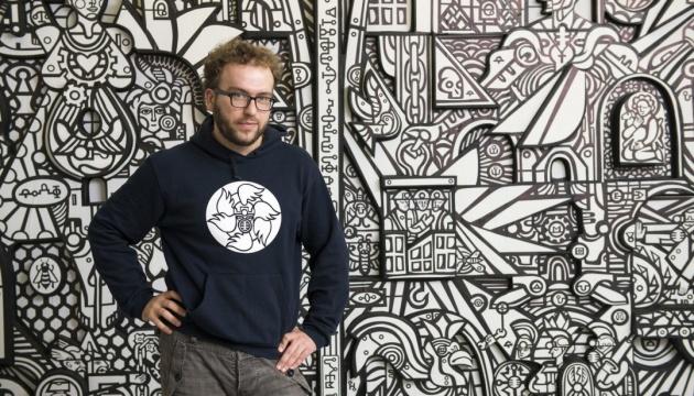 У Сінгапурі відкрилась віртуальна виставка українського монументаліста Романа Мініна