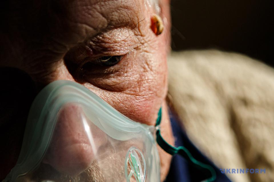 Пацієнт, хворий на COVID-19, дихає через кисневу маску / Фото: Сергій Гудак. Укрінформ