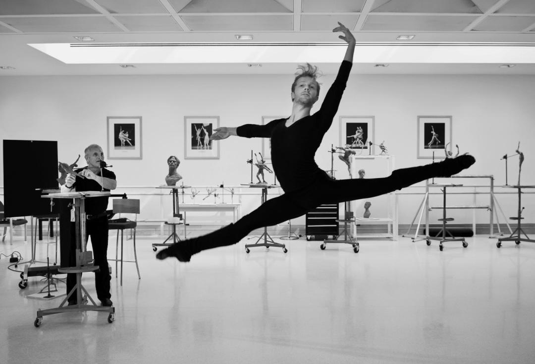 у лондонській студії скульптор ліпить знаменитого українського танцівника Сергія Полуніна 1