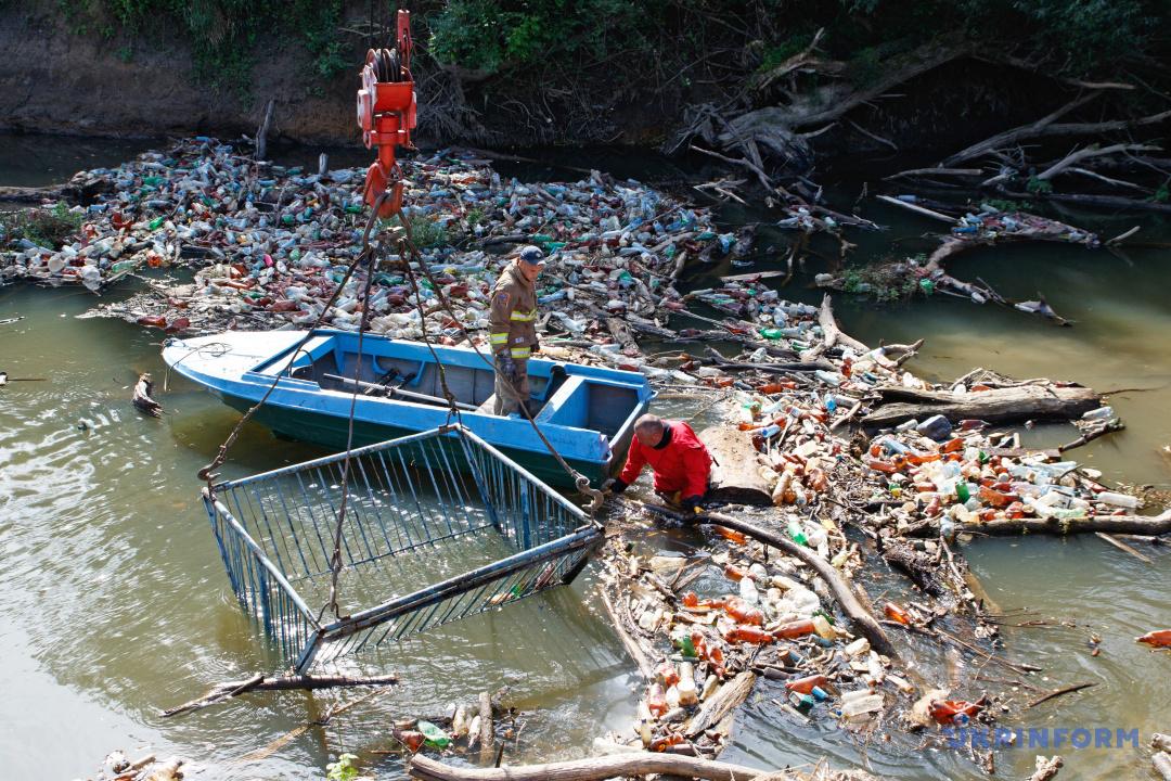 Рятувальники прибирають сміття на річці Боржава під час акції