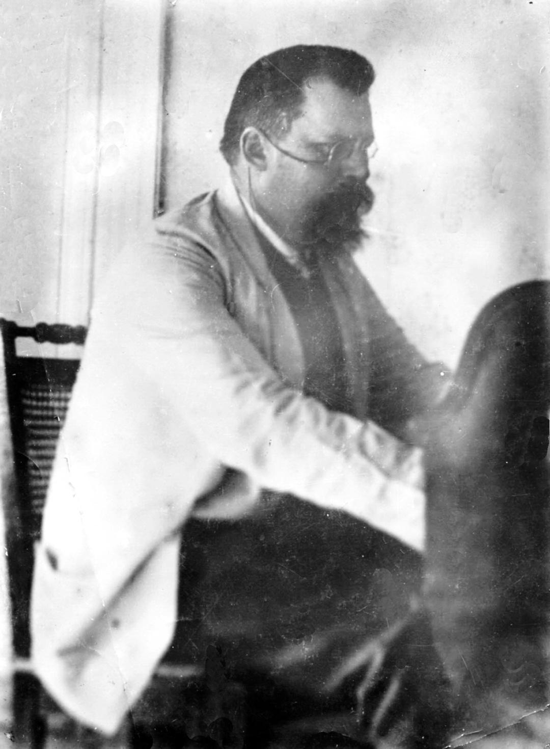 Георгій Вороной за піанолою, Журавка, літо 1907 р.