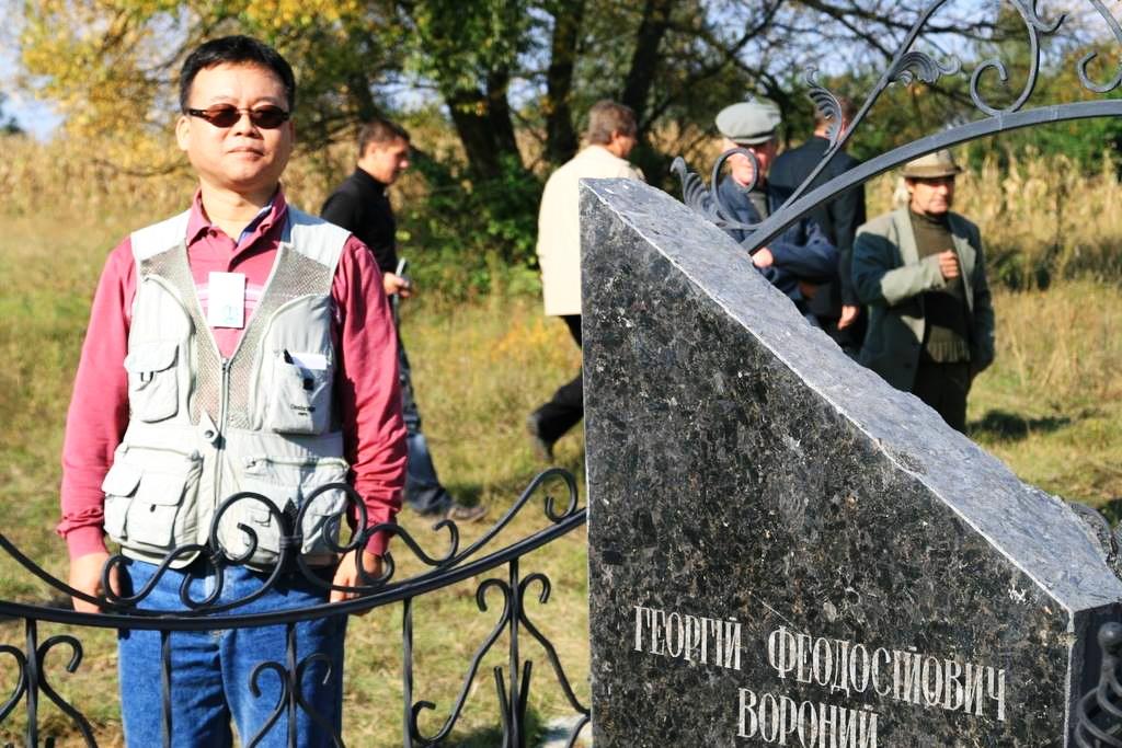 керуючий директор компанії Inter-M Co Ltd, корейський професор Кім Док-Су біля могили Г.Ф.Вороного