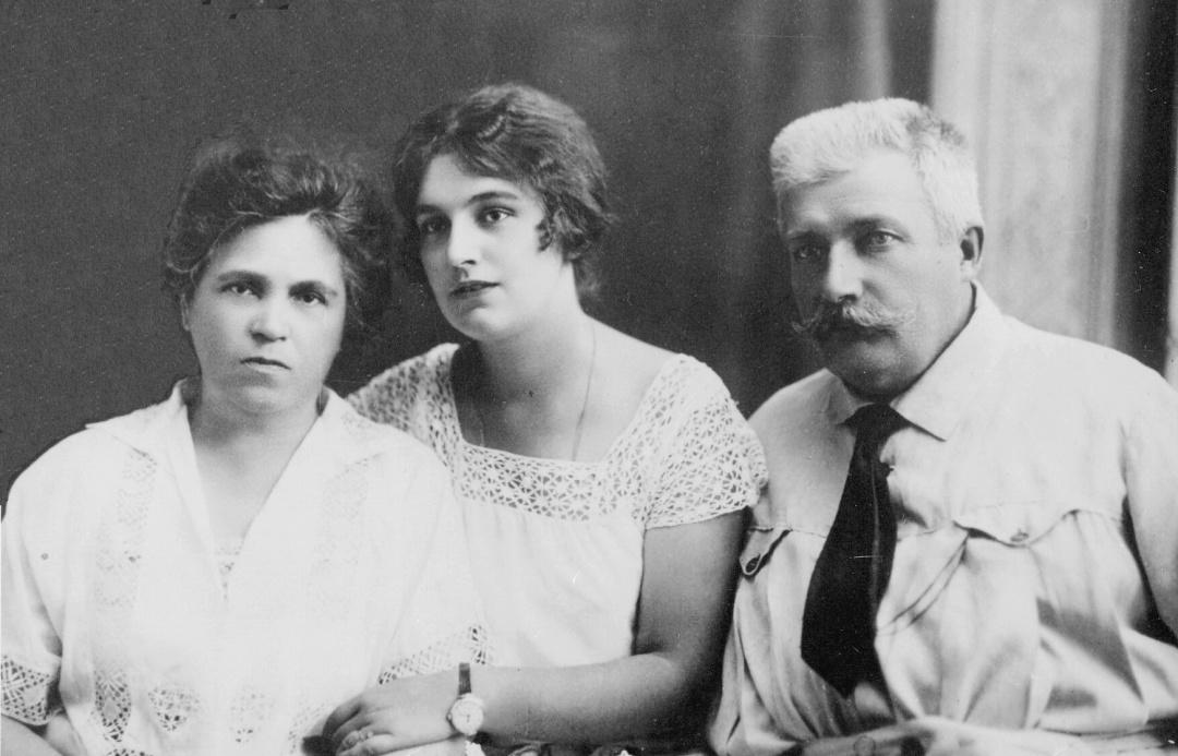 2-Вероніка Черняхівська з батьками. Київ, 1925