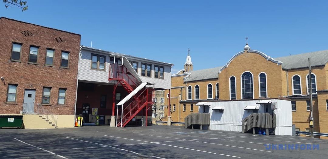 Двір школи. Ліворуч - школа, праворуч - церква