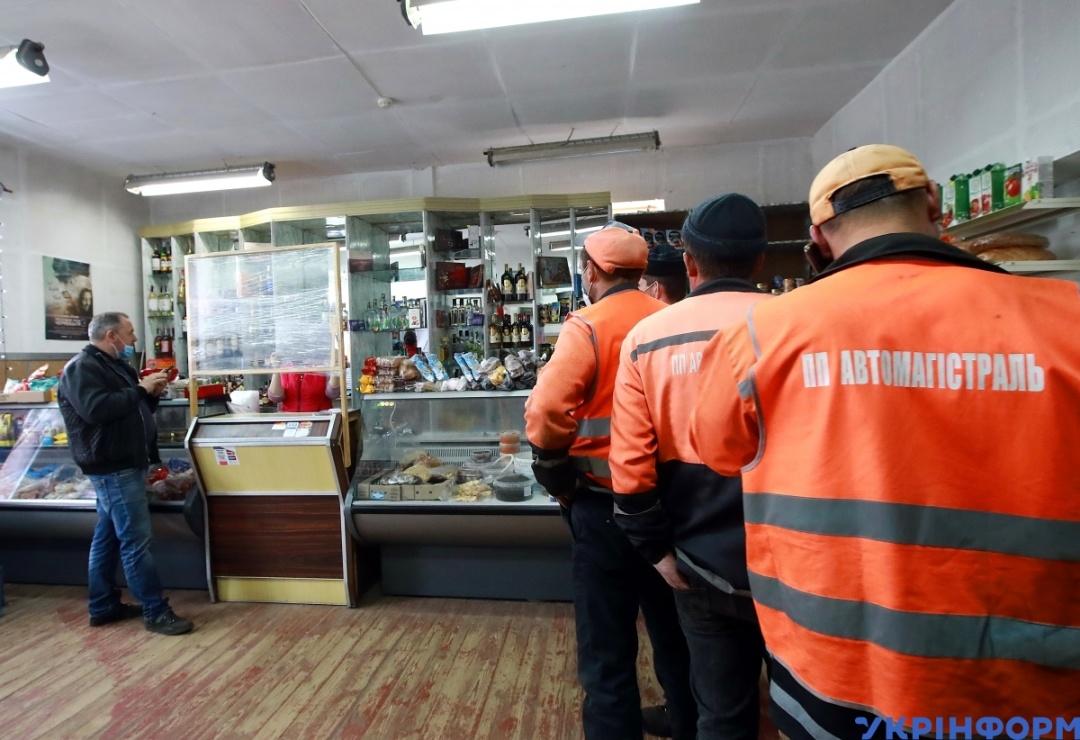 У місті Чорнобиль є кілька невеликих магазинчиків з усіма необхідними товарами / Фото: Володимир Тарасов, Укрінформ.