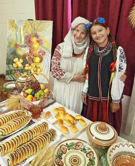 Фото: Найкраща коровайниця Тамара Базалицька і Катруся Богданова / газета «День»
