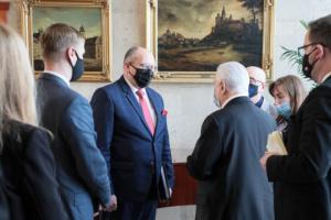 El ministro de Exteriores polaco analiza la situación en el este de Ucrania con Kravchuk y Reznikov