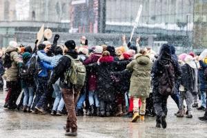 По Европе прокатилась волна протестов из-за карантина, десятки людей арестовали