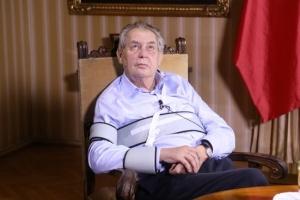 Президент Чехії став пересуватися на інвалідному візку