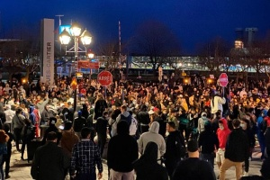 В Монреале тысячи людей вышли на антикарантинный протест, несмотря на комендантский час