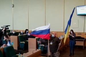 Активіст пояснив, чому приніс російський прапор на засідання міськради в Слов'янську