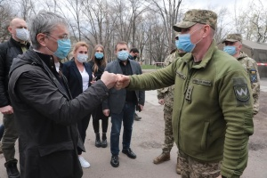 КПВВ «Счастье», госпиталь и театр: Ткаченко с иностранными журналистами посетил зону ООС