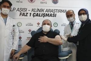 Турецкий министр стал добровольцем в испытании COVID-вакцины