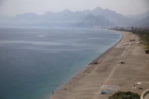Поліція влаштувала перевірку на найвідомішому в Анталії пляжі