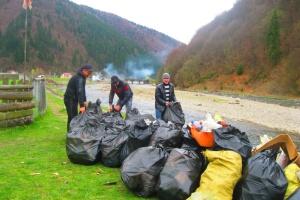 У туристичній Колочаві на Закарпатті починають централізовано вивозити сміття