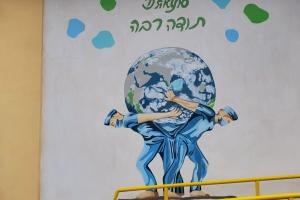 В Одесі створили мурал «Лікарі-атланти, що тримають планету»