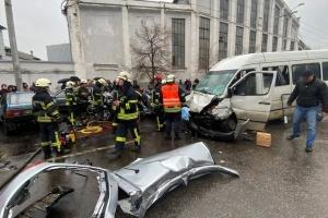 В Запорожье столкнулись маршрутка и легковое авто, есть погибшая