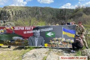 Ветераны АТО приковали себя к скале на акции против затопления острова Гардовый