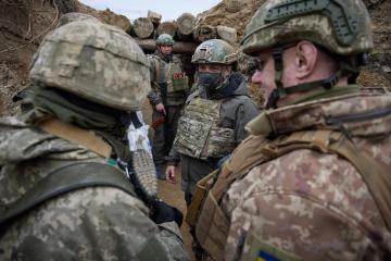 Zelensky visita la primera línea del frente y rinde homenaje a los soldados caídos