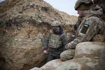 Präsident Selenskyj besucht Front und gedenkt der gefallenen Soldaten