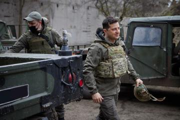 Zelensky visita las posiciones en el frente donde murieron soldados ucranianos