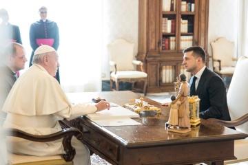 Zelensky agradece al papa Francisco por rezar por Ucrania