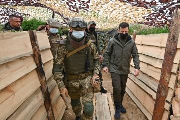 ゼレンシキー大統領、クリミアとの行政境界線上の防衛施設を視察